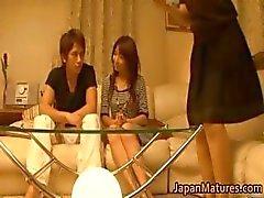Japoneses mulheres maduras têm um trio part4