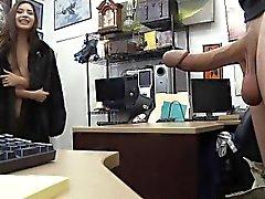 Latina em um casaco de chupar pau Em Pawn Escritório Loja Fur