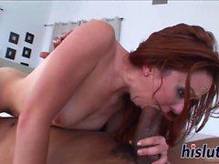 Kinky acción interracial con una pelirroja slutty