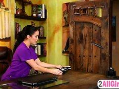 Megan Rain faz massagem profunda em Karlie Montana buceta molhada