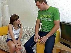 Ondeugende hottie verhoogt haar lange benen