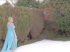 UK Yuffie Yulan genießt masturbieren im Garten
