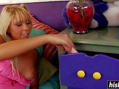 Brynn Tyler spielt mit ihrem Dildo