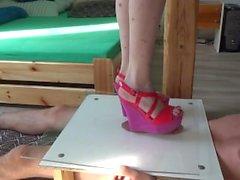 Pene de peso completo machacando bajo plexiglás y botas de cuña