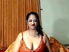 Schmutziges Indian der Großmutter zeigt ihren