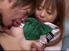 Noriko Kago recebe pau para danificar seus dois buracos peludos