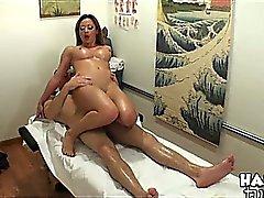 Sehen Big Titty Mia liebt Hahn fahren.