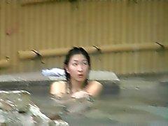 Japans öffentlichen Wellness jungen Mädchen Natur Strauch