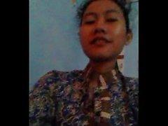 Calda ragazza indonesiana ( nury Nurhayati ) che mostra i suoi seni a lei bf in cam dello skype