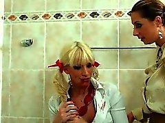 Horny chicks sich reinigen mit viel nass Wassers