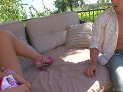 Chastity Lynn donne fond blowjob cou au jardin