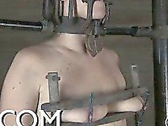 Mujerzuela inútil está jugando sus de clítoris