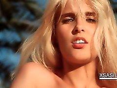 Rapports sexuels blonde poupée frotte les chatte avec sa petite culotte