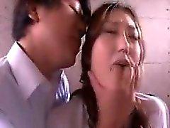 Ihastuttava nuori tyttö saa hänen polvilleen ja syvältä kohoumaosalla pri