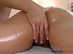 Massage Zimmer Sexy blonde Masseuse rutscht ihre Finger in jungen Kunden Schlitz