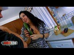 Spansk moget slampa knullad i arslet i grönsaker samt good cock