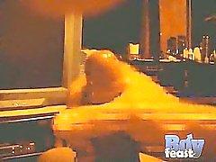 Engels schießt ein POV Video , wie er streichelt seinen unbeschnittenen Schwanz und