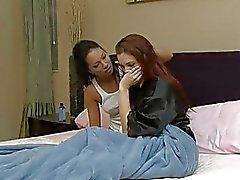 Pelirroja y Morena tortillera teniendo 69 caliente acción en el dormitorio