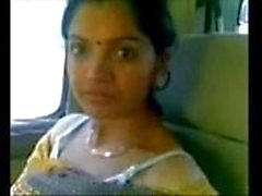 Bonito Desi Bhabhi Mostrar Láctea Boobs no carro com amante