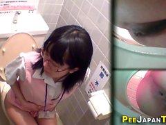 Азиатки мочу в туалете