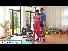 FitnessRooms инструктор тренажерного зала тянет по её йога задыхается для секса
