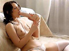 Hübsches Playgirl Schläge Schwanz und die macht jungfräulichen Pussy für Bang
