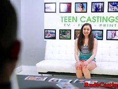 Casting Teen bekommt ihre nasse Möse hämmerte