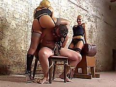 SLAVE sometidos a hand job cruel de dos mistreses