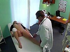 Раненых коленный блондинка отсасывает врачом на поддельным больницы