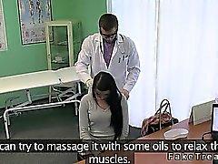 Arzt bumst heiße Brünette Patient auf seinem Tisch