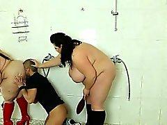 Mauvaise mec voyeurs se fait punir par 2 les dames strictes Grosses sexy