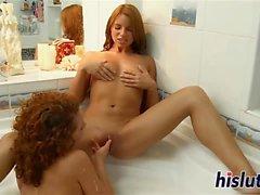 Dos luscious lassies follan en el cuarto de baño