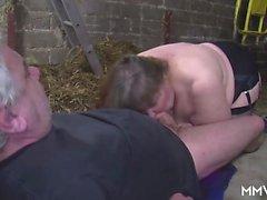Le grand allemand milf a battu au bar Carlena de dates25com