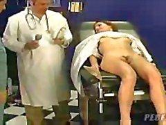 doktoru , genç bayanla buz gibi bakıyor