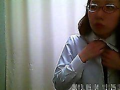Omklädningsrum spionkamera hjälper asiatiska flickor ta bort ett rosa klädnad