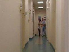 Rondborstige brunette patiënt , Laura Lion , krijgt haar kut en kont gehamerd door de arts