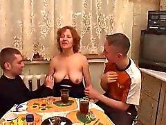 Moden Kvinde & 2 Unge Fyre - 7 (Danish название)