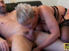 Mature Britt cocksucks dom devant sissy