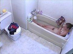 menina Voyeur masturbando na banheira