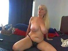Denna mogna whore har fått stora bröst