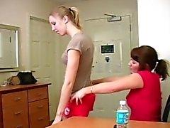 Sculacciata sue compagne di stanza culo di rossi