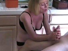Sexy Amateur reife Blondine gibt einen großen Handjob cum