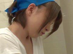 La señora de la limpieza japonesa caliente servicios una polla en el baño