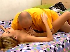 Blonde teen maigre de fucked d'un fat guy