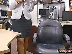 Baiser ferme babe raillé par grimace méchant mec à la maison de pise