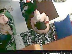 Voyeuring Mijn vingerzetting moeder in de woonkamer