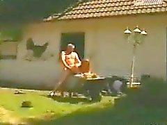 De parejas Alemania en una finca en las afueras Cojidas