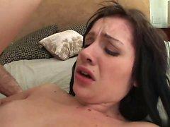 Jeune brunette se fait baiser les doigts avant de sucer cock