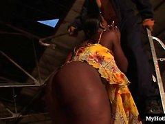 Melvina Raquel gibt eine schwarze britische Schönheit Reiten in einem Aufzug