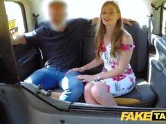 Gefälschte Taxi der neuen weiblichen Taxifahrer in dem Hintergrund zu dritter Ausbildung